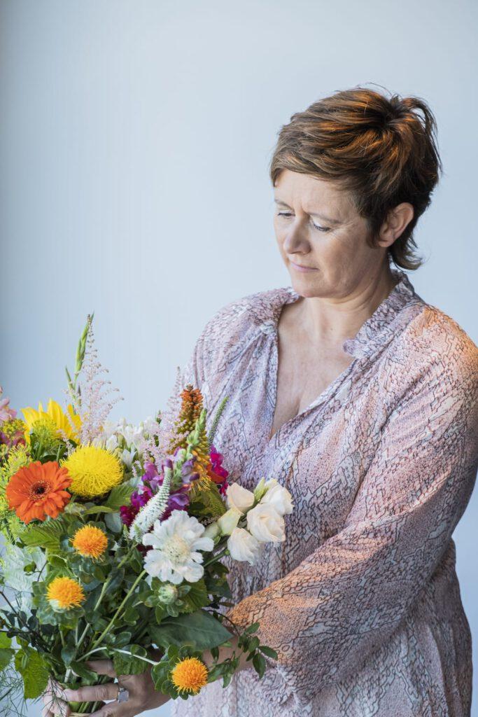 Kathy avec des fleurs