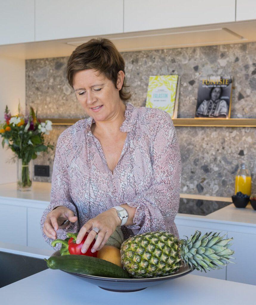 Kathy avec des fruits